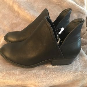 Black universal thread booties size 6 1/2 NWT
